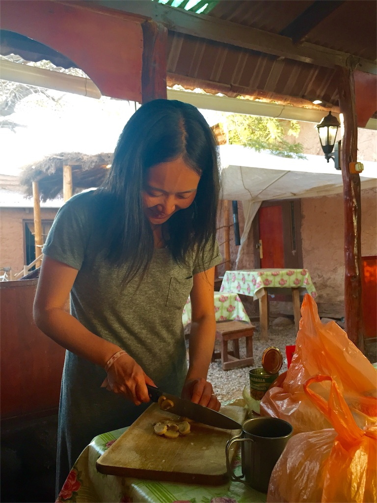 アタカマの宿のキッチンでマッシュルームを切る
