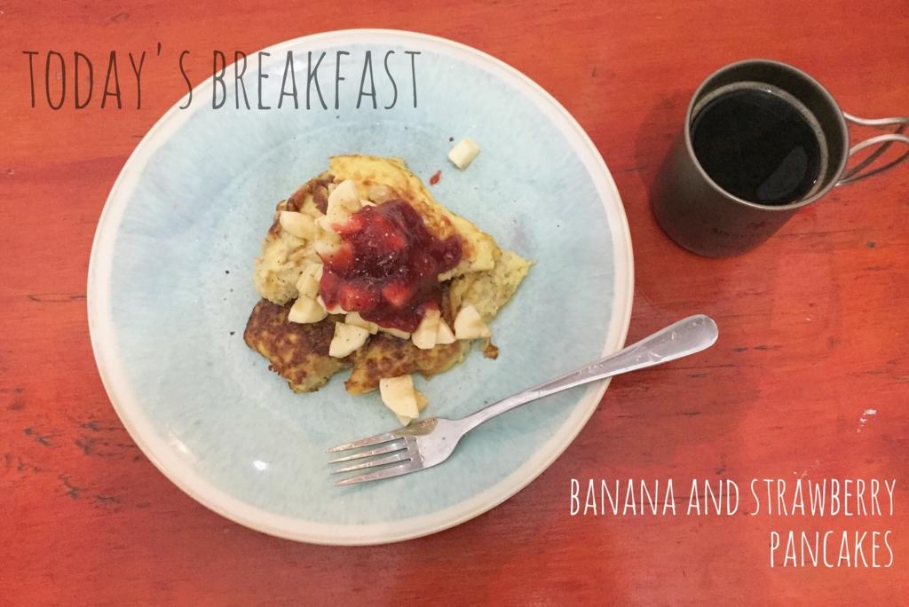 この日の朝ごはんはバナナとストロベリーのパンケーキ