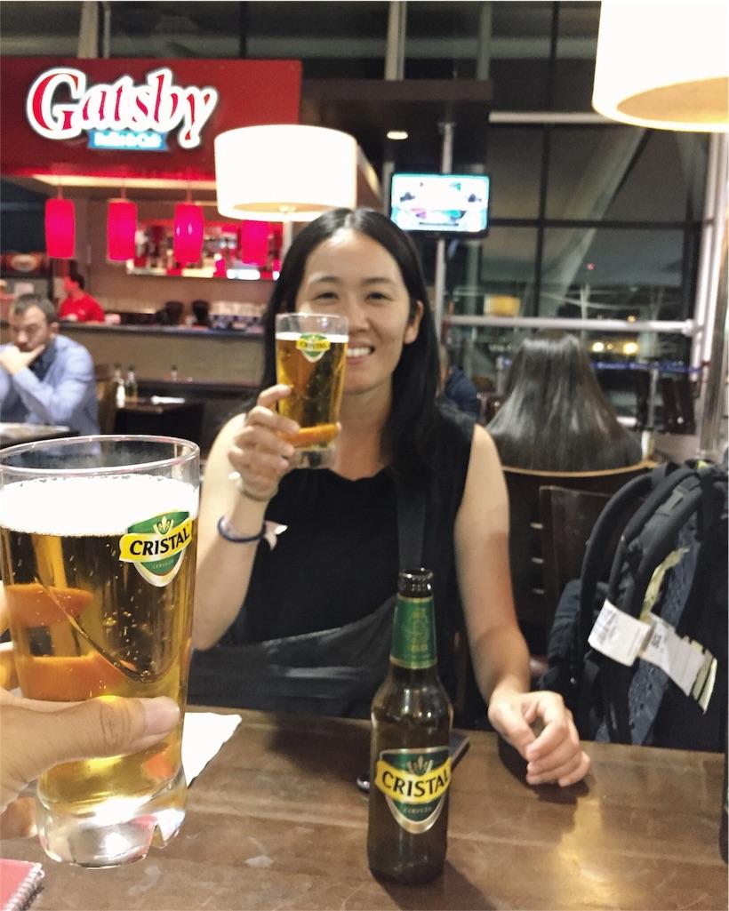 飛行機の遅れで空港泊となりビールで乾杯