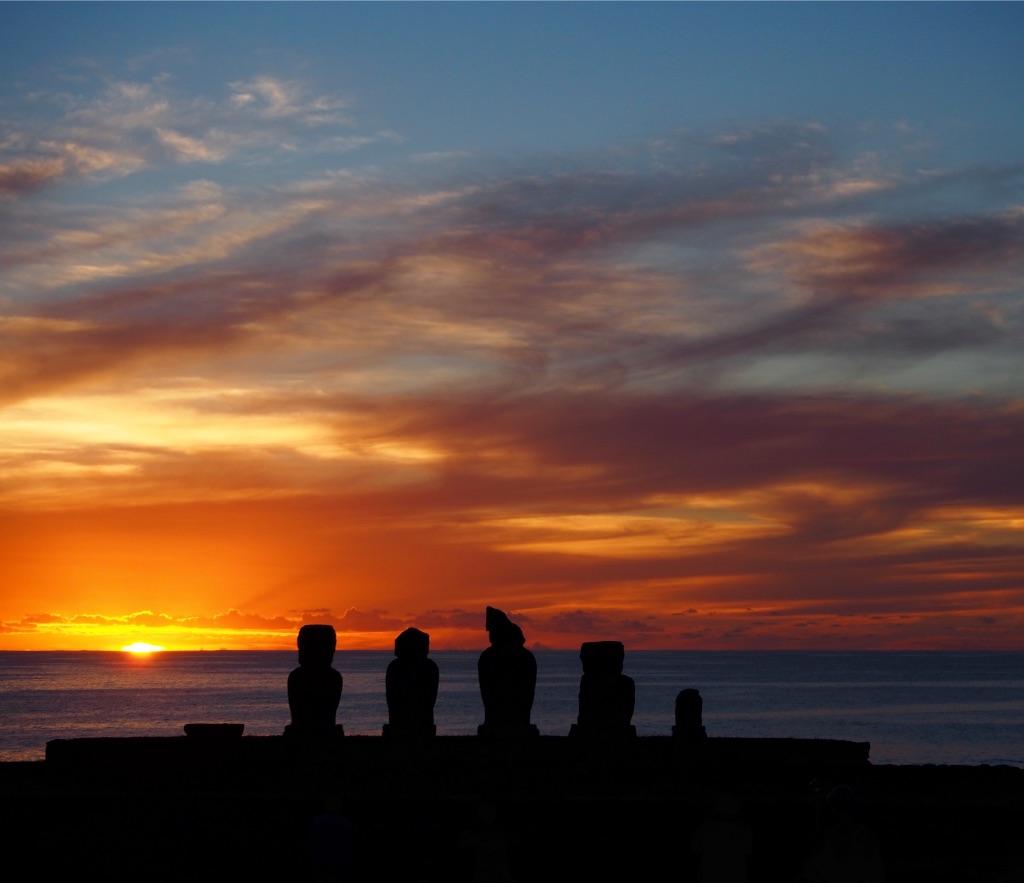 イースター島のモアイと夕日