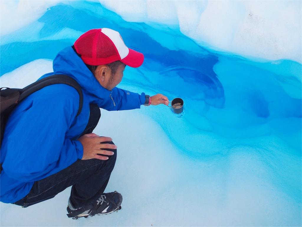氷河から溶け出した水は真っ青でどこまでも澄んでいました