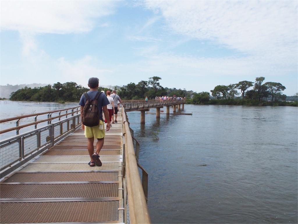 川の上の遊歩道は視界が開けて気持ち良いー