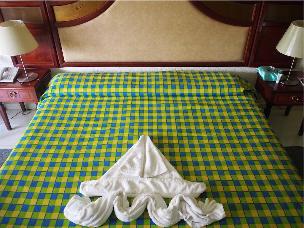 ベッドメイキングの後に置かれるタオルアート その①