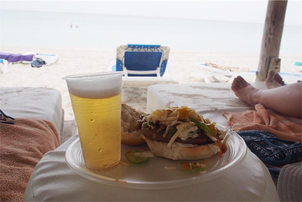 ビーチでも食べたり飲んだりし放題です