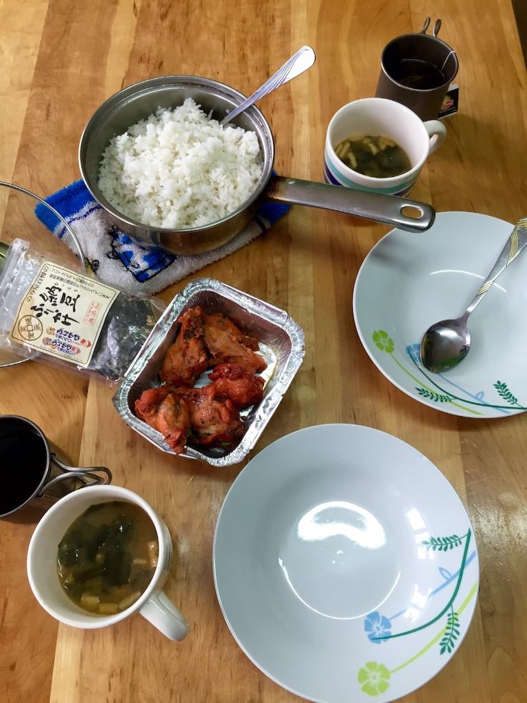 ご飯とチキンウイングと納豆ふりかけ
