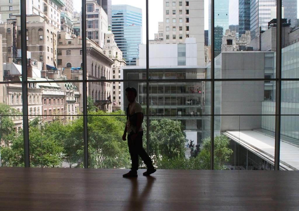 MOMAのガラス越しに広がるニューヨークの街並み