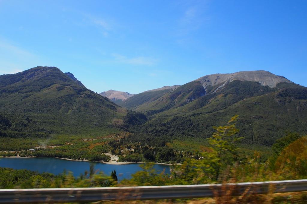 バリローチェを出発してすぐに見えた湖