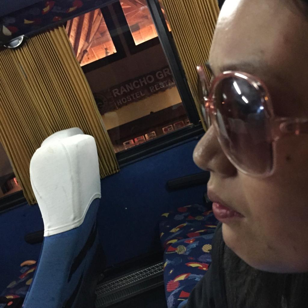 南米 パタゴニアのバスの中で遊ぶ