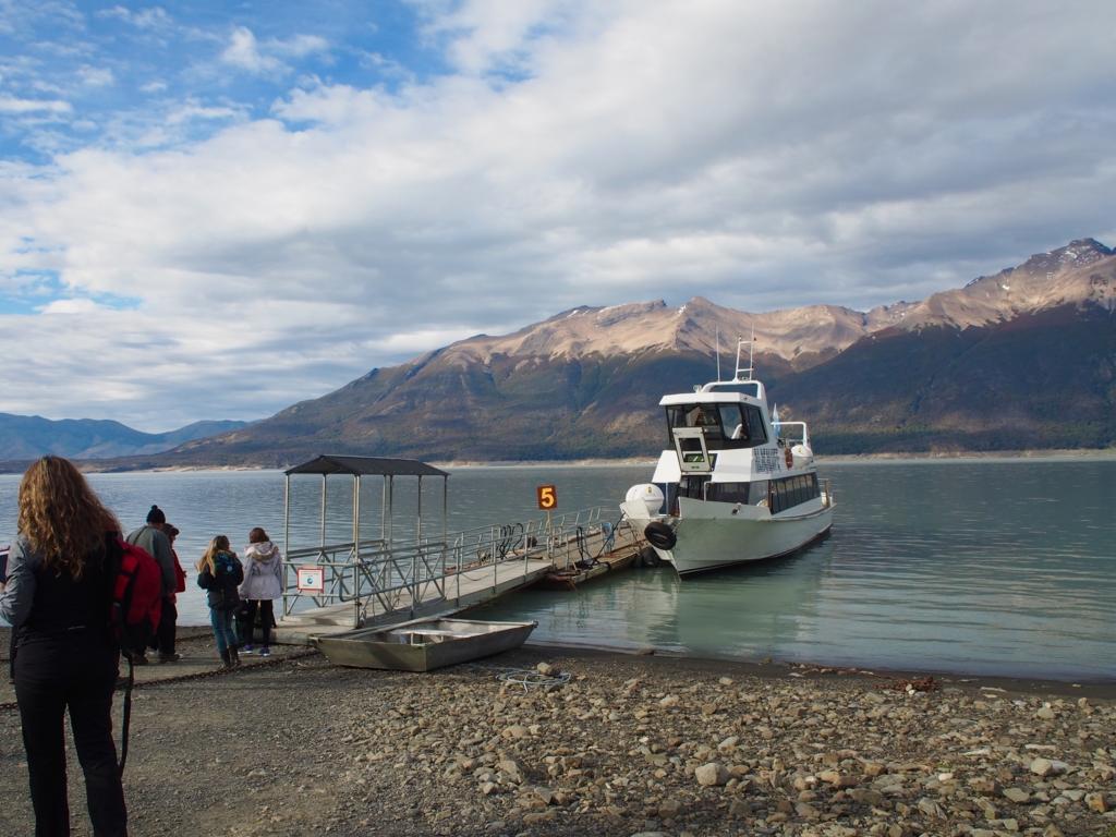 ペリトモレノ氷河へ向かうフェリー