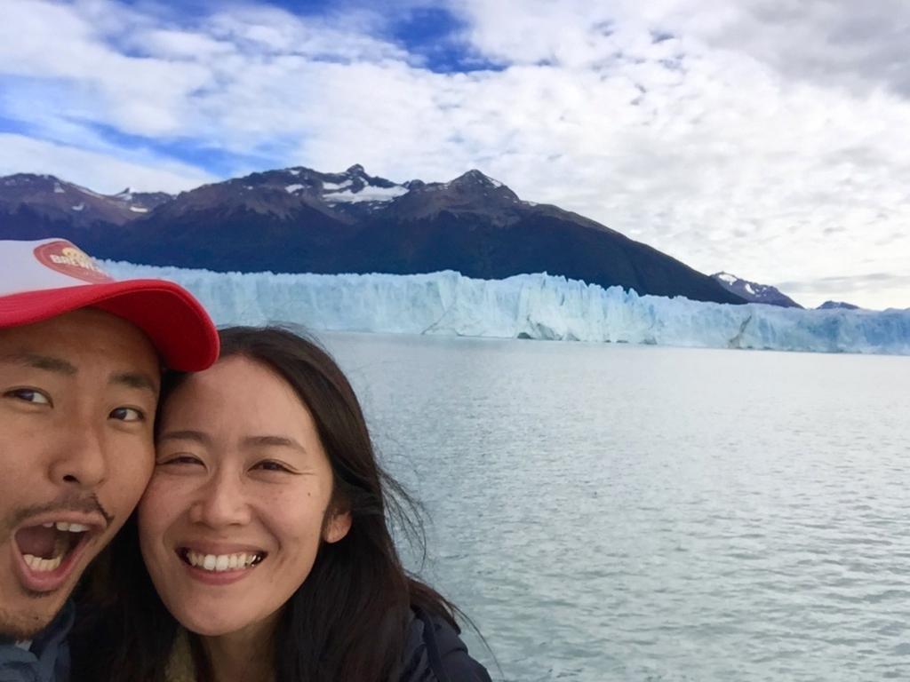 ペリトモレノ氷河を前に記念撮影