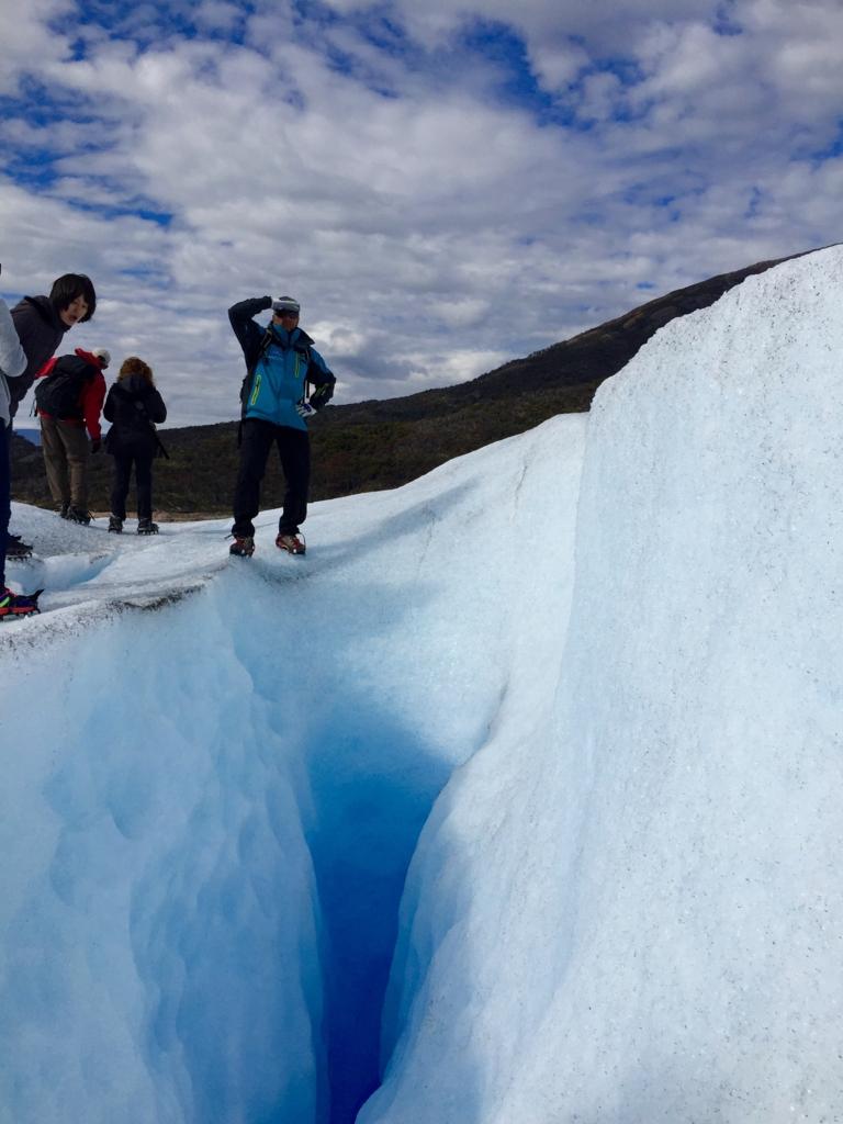 一列になって氷河の上を歩きます