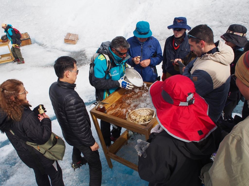 氷河トレッキング後は氷河の氷を用いたウイスキー