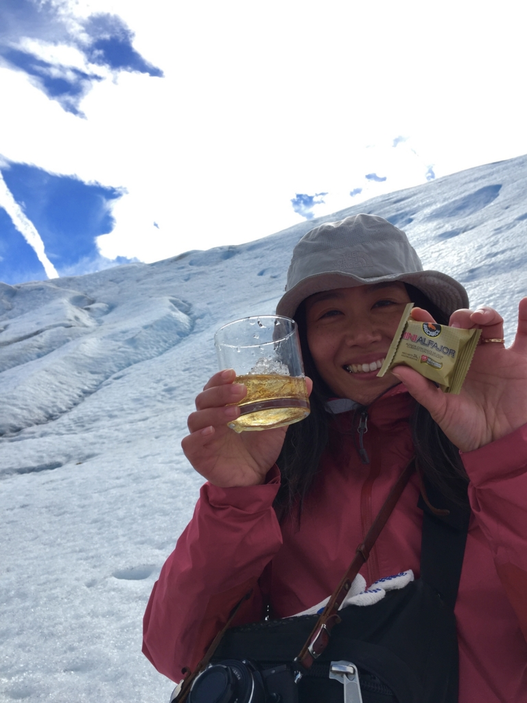 氷河トレッキング後のウイスキータイムにはお菓子がお菓子がつきます