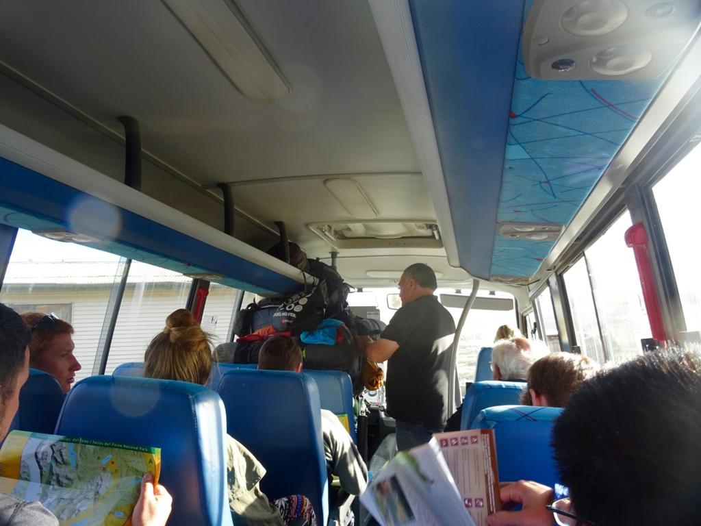 パイネ国立公園内のミニバス