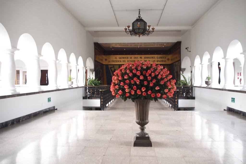 大統領府の中にはエクアドル名産のバラの花がたくさん