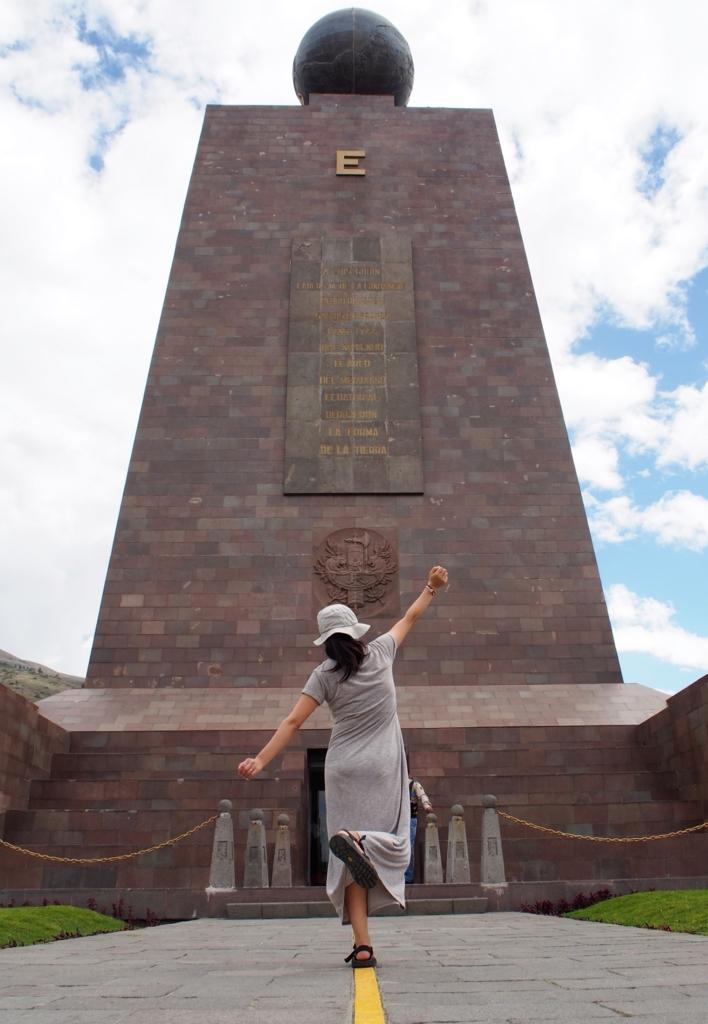 赤道記念碑...大きい!!