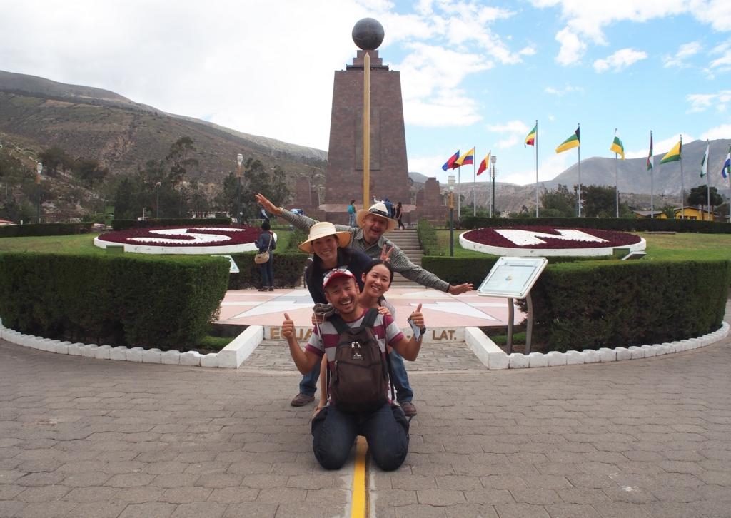 赤道記念碑の前でみんなで記念撮影