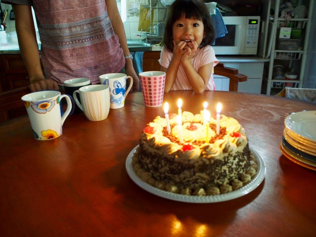 誕生日ケーキと看板娘 まなちゃん