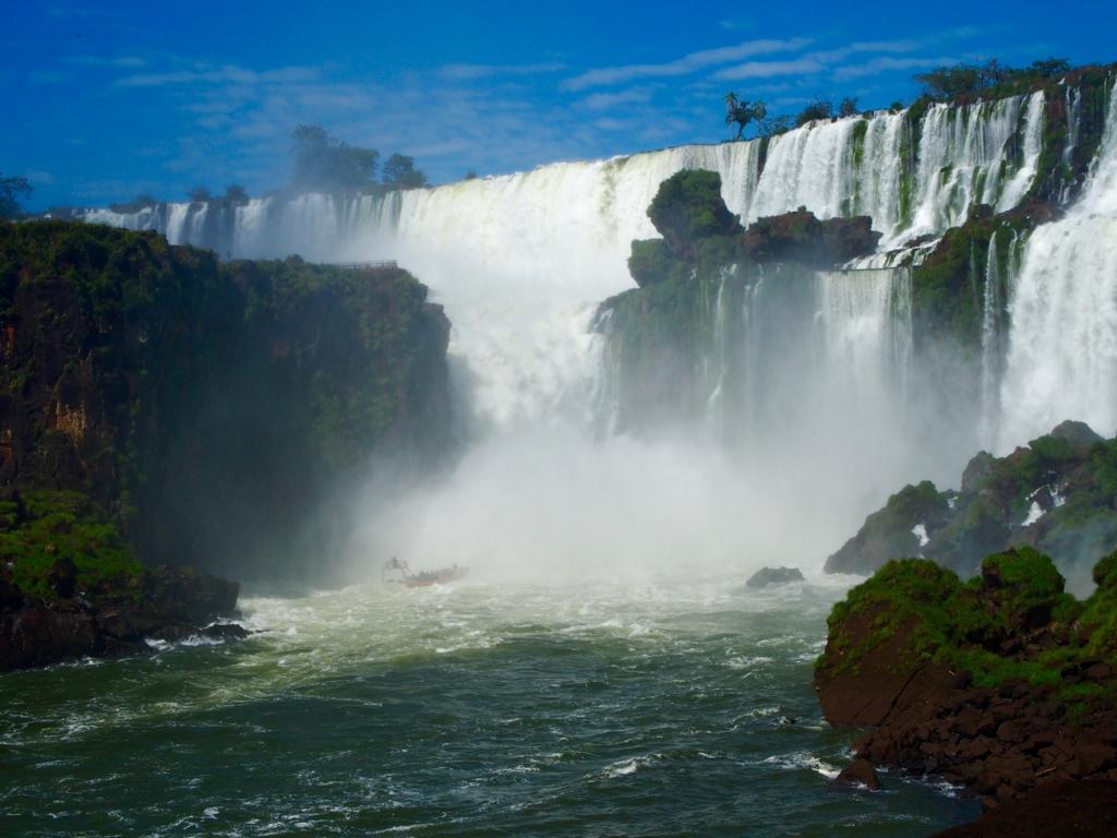 イグアスの滝に突っ込むアトラクション