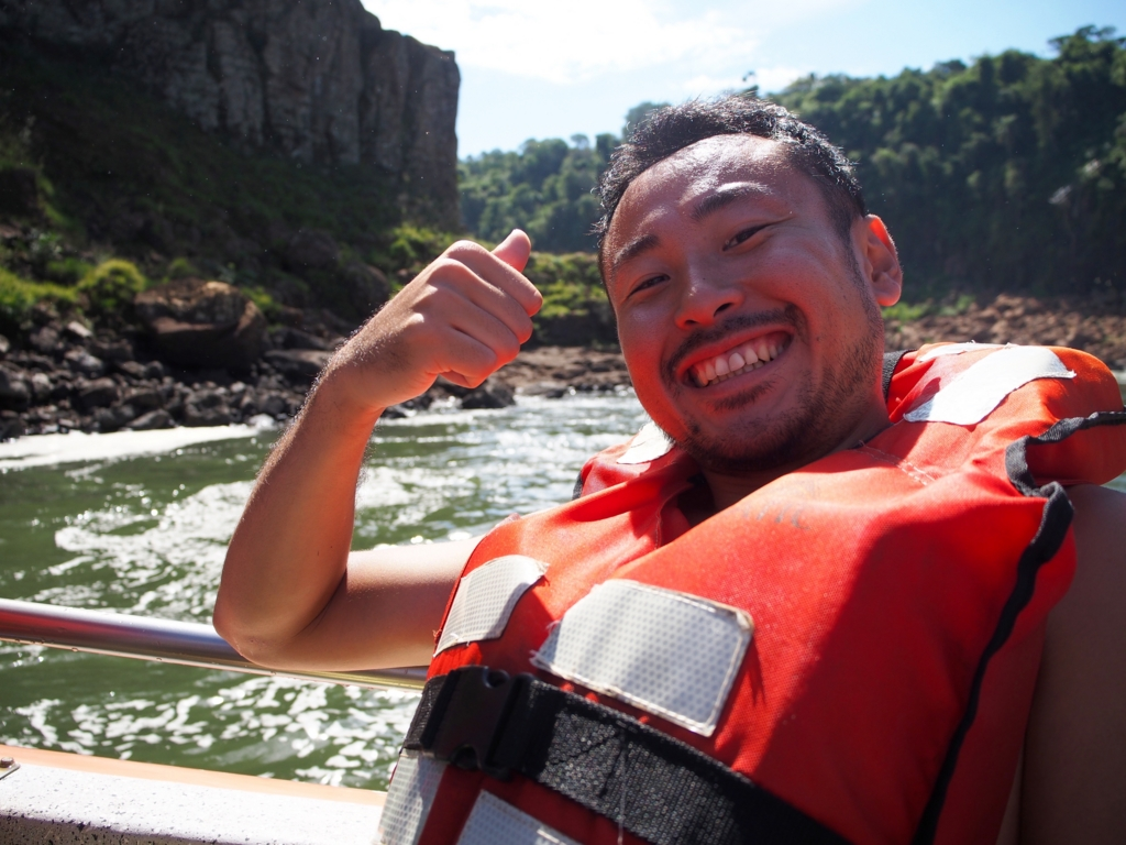 イグアスの滝に突っ込むアトラクションに乗り込む