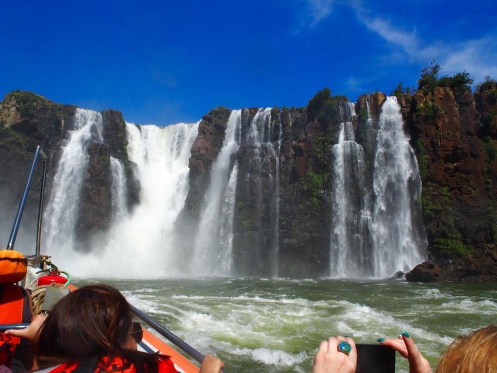 ボートに乗ってイグアスの滝に突っ込みます
