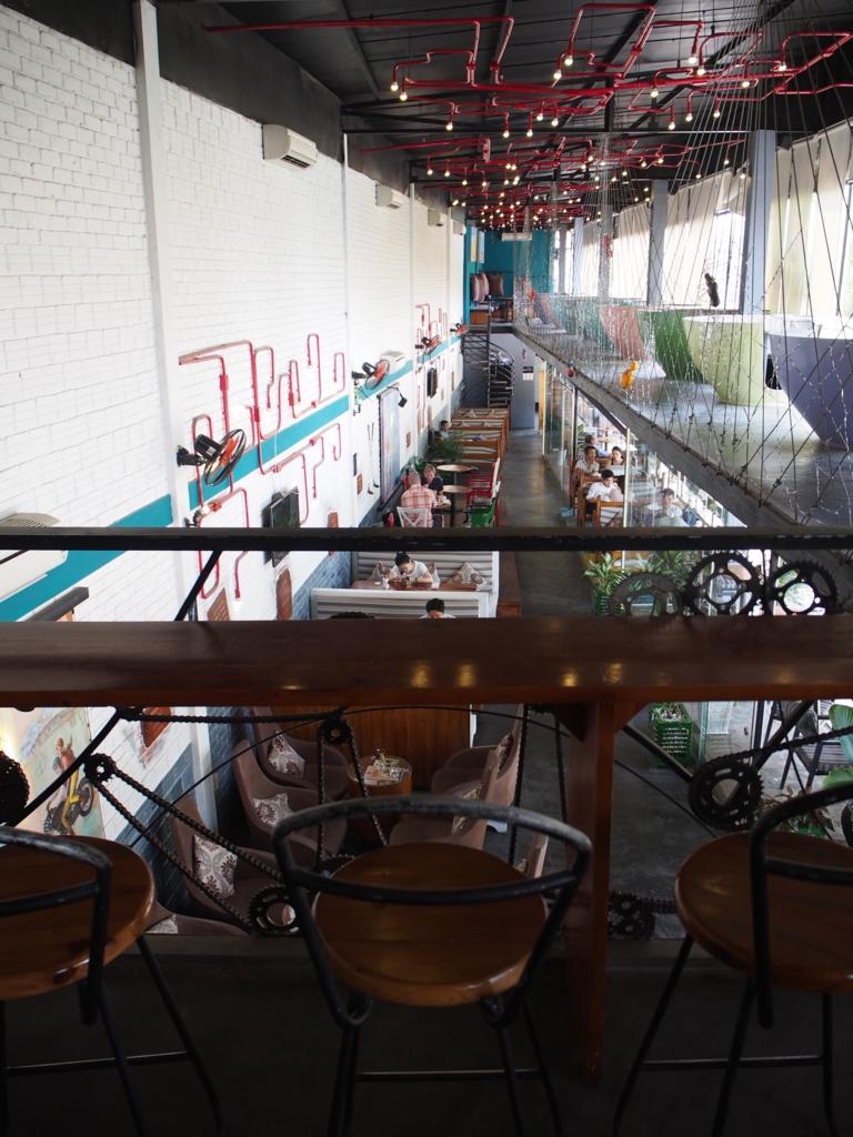 2階にあるカウンター席と そこから見える1階の様子