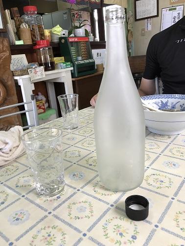 ビンに入れられた湧水。冷たくてサイコーに美味い