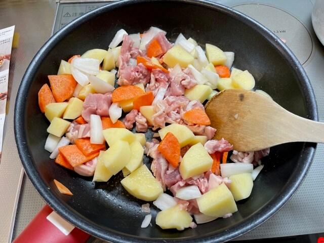 チーズのせ肉じゃがの材料をフライパンで混ぜる