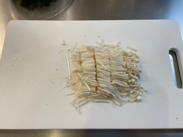 ビビンバ作り えのきを切ります