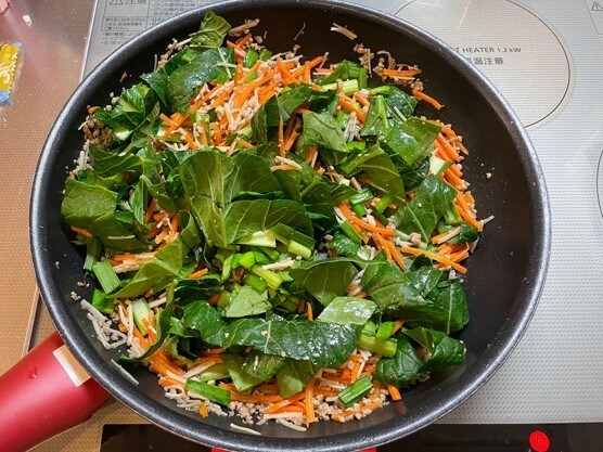 ビビンバ作り 小松菜、ニラを炒めます