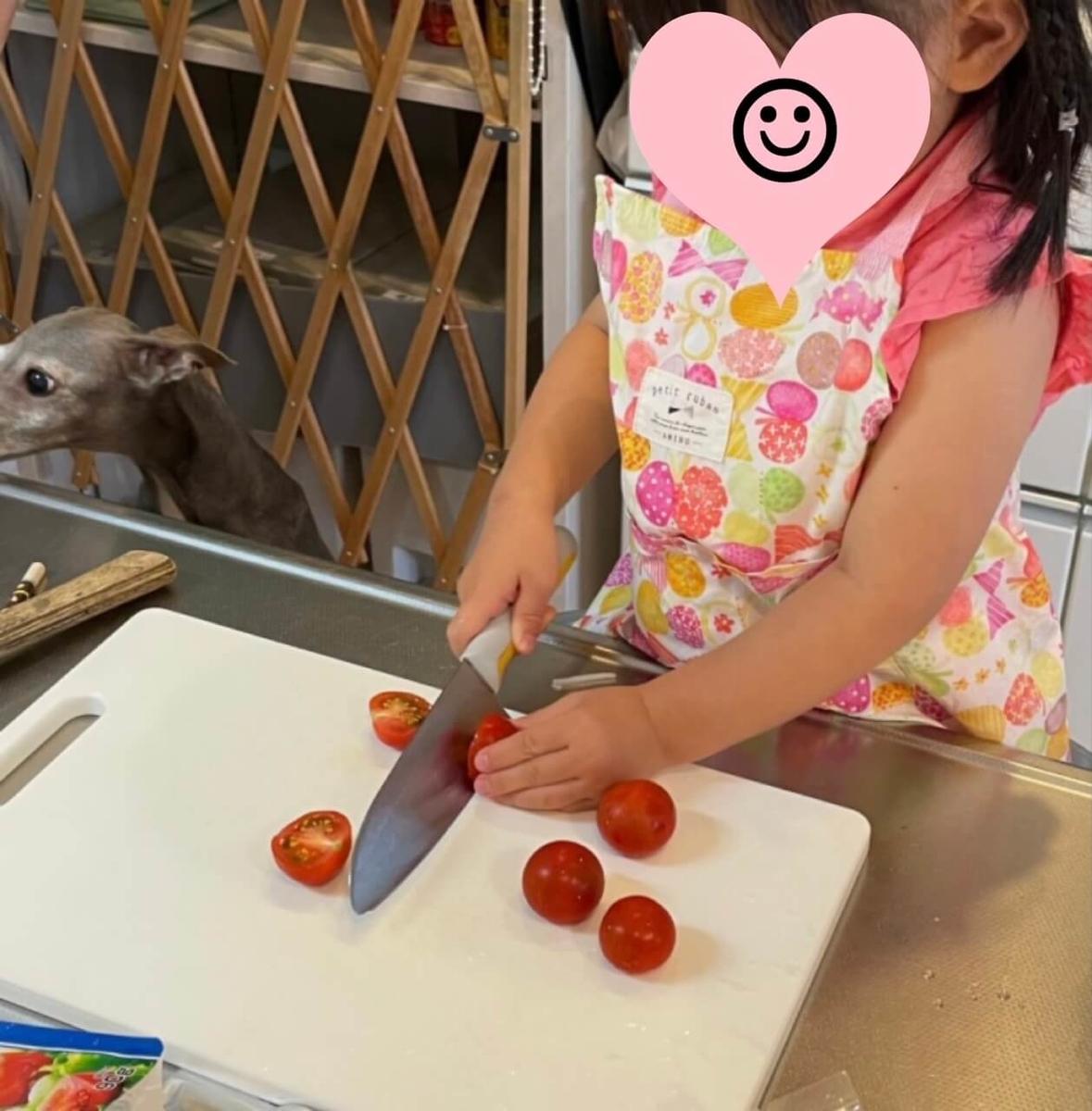 お試しセットのトマトを切っているところ