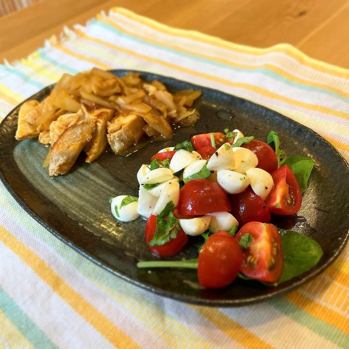 やわらかタンドリーチキンとトマトのサラダが出来上がったところ