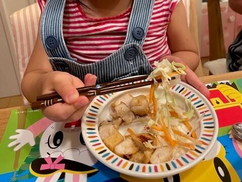 鶏マヨ照焼きとひじきを食べる娘