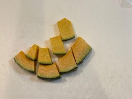 サバのみぞれ煮の添え野菜、かぼちゃを切ったところ