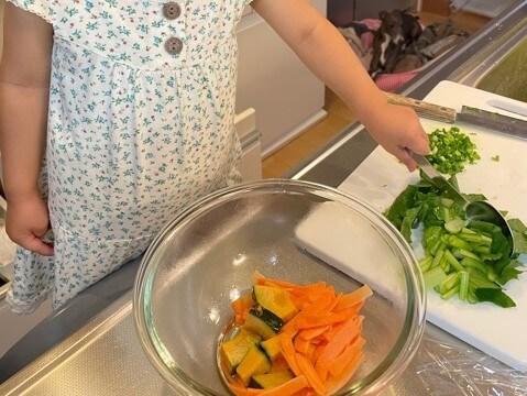 サバのみぞれ煮の添え野菜を耐熱ボウルに入れる