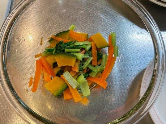 サバのみぞれ煮の添え野菜を耐熱ボウルに入れ加熱する