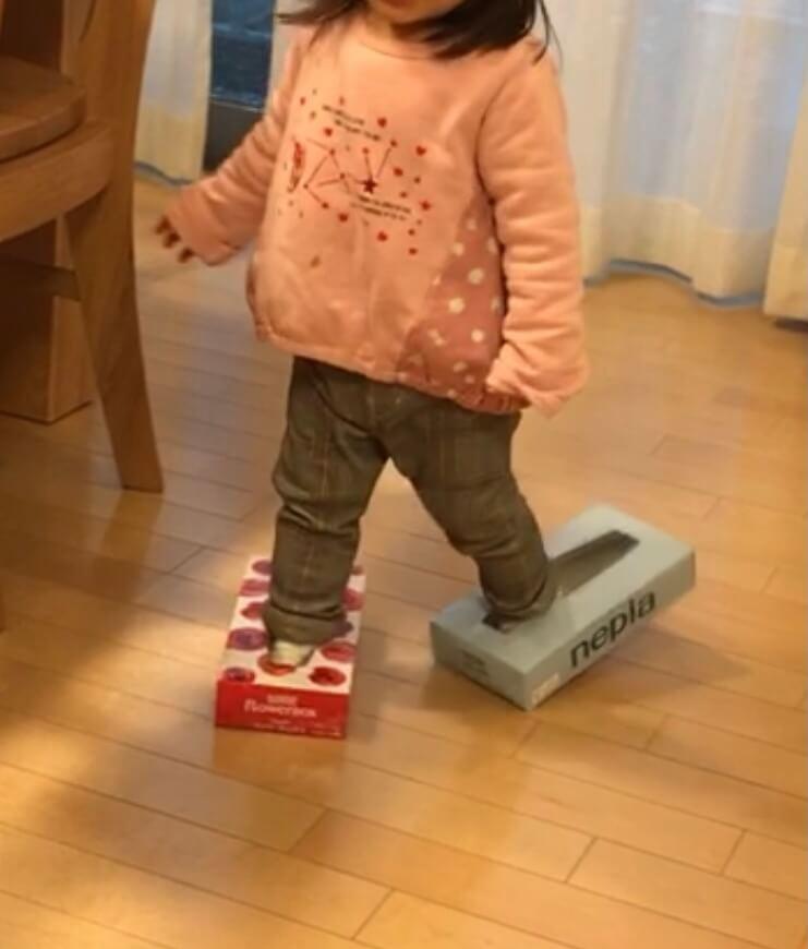 2歳4ヵ月のころ ティッシュペーパーの空箱でスケートごっこ
