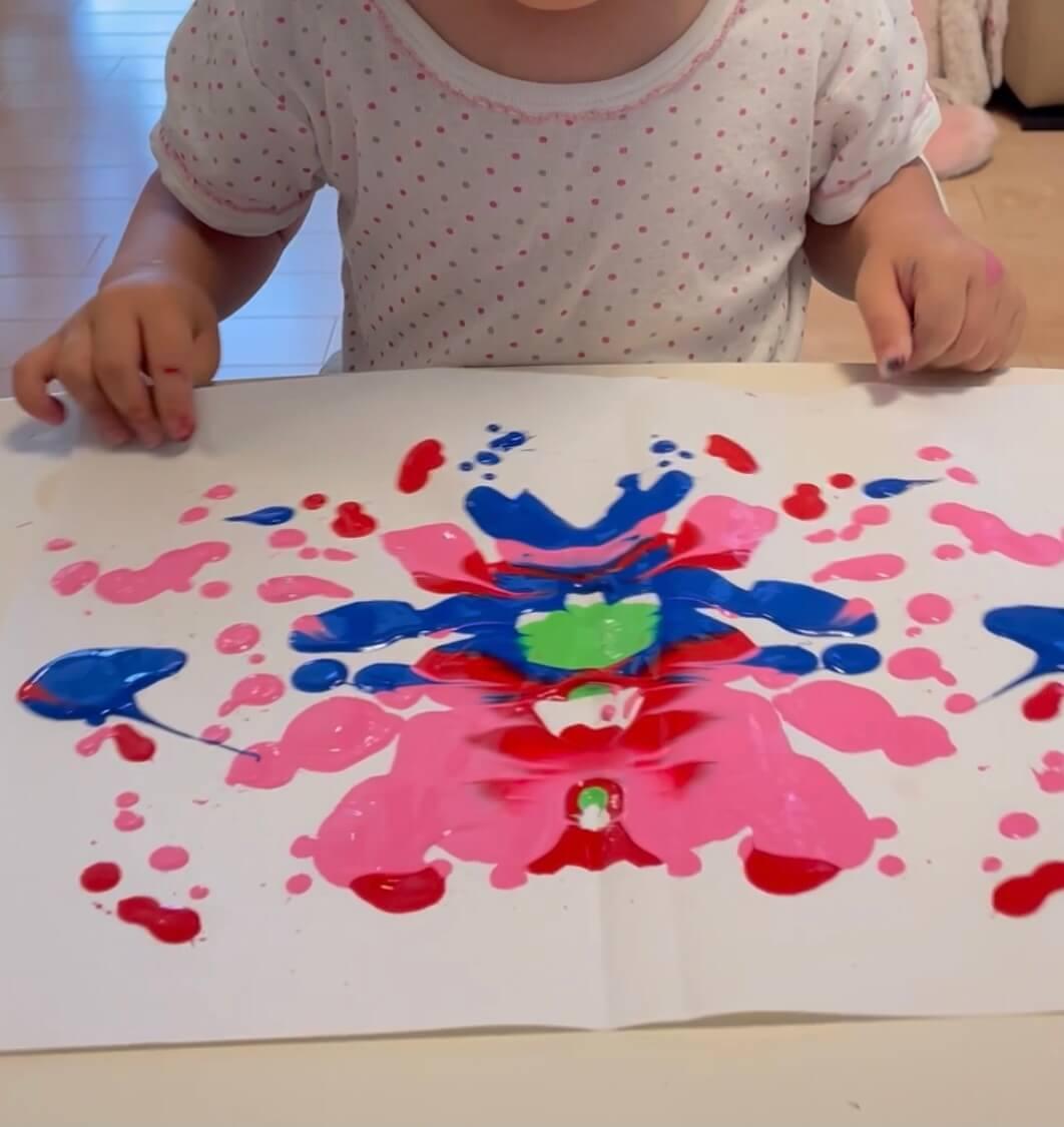 絵の具を直接垂らし、紙を折ってみると...