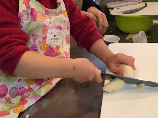3歳4ヵ月 パイ包み用のバナナを切る