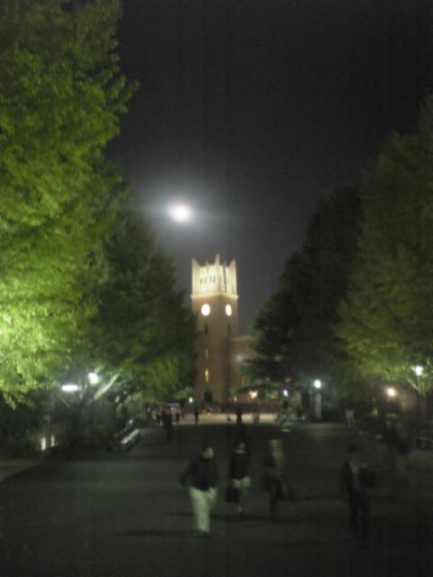 大隈講堂と月