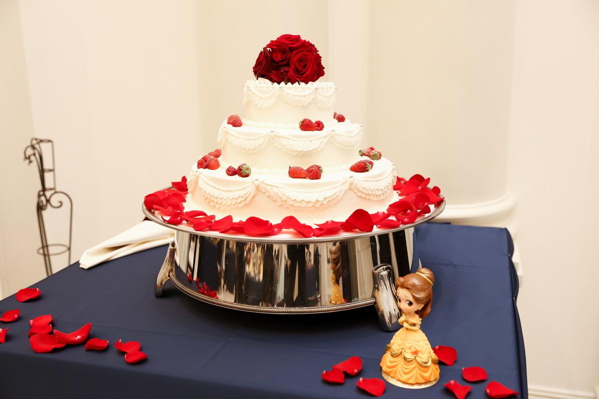 ウェディングケーキとベルのフィギュア