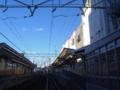 東あずま駅構内の踏切を渡る