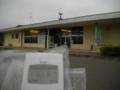 丸森駅と放射線測定器(数値は0.15μSv/h)