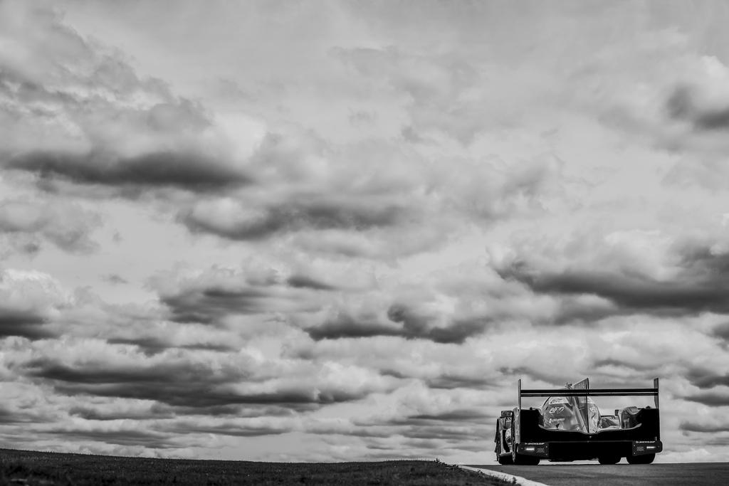 重い雲の下をドライビング