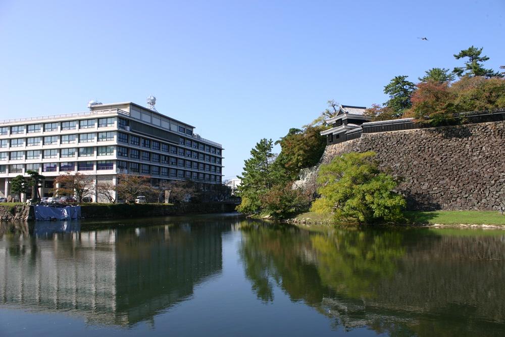 島根県庁と松江城の石垣