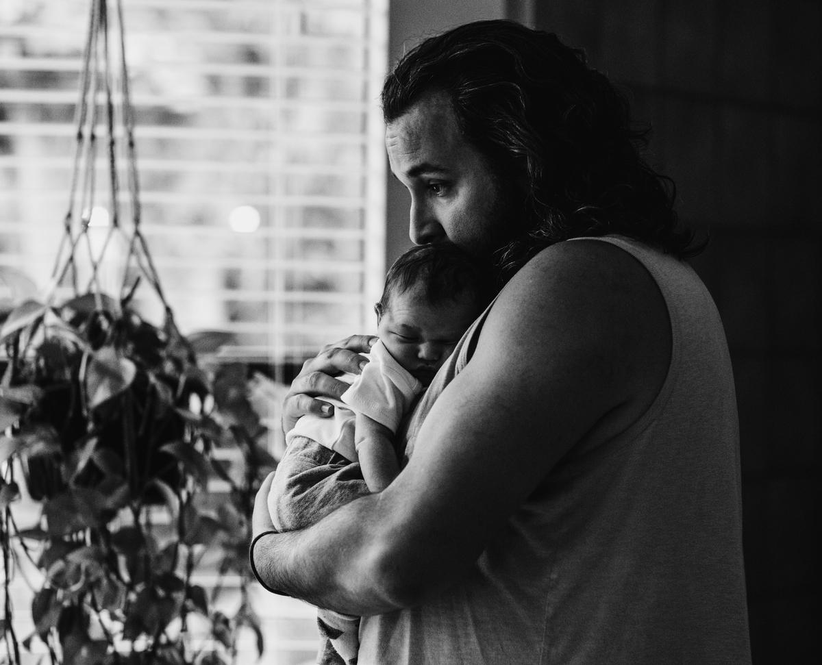 赤ちゃんを抱く大男