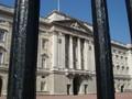 檻の外から見る宮殿