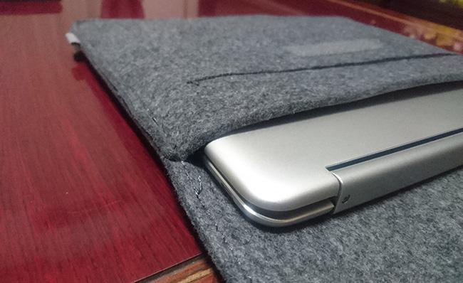 Inateck スリーブケース Chromebook Flip C101PAが入った状態その2