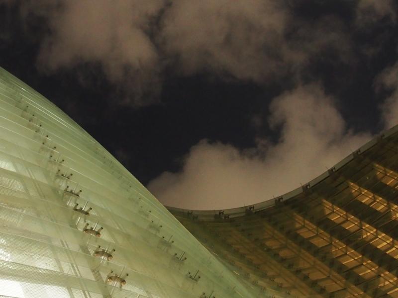 夜の国立新美術館