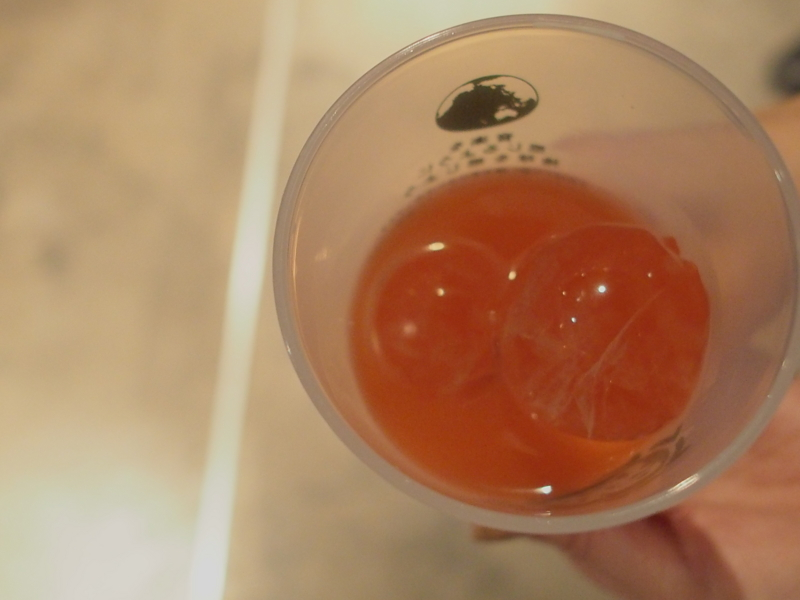 カンパリグレープフルーツの氷も丸い
